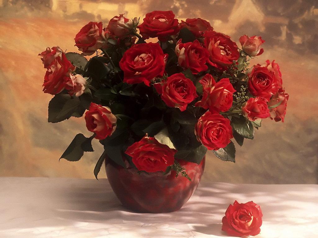 Букет из красных роз в вазе фото